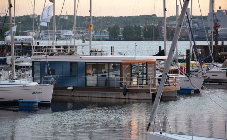 hausboot kaufen und wohnen auf dem hausboot hausboote mieten hausboothersteller preise. Black Bedroom Furniture Sets. Home Design Ideas
