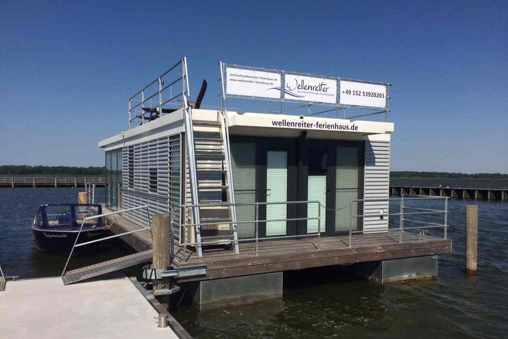 hausboot mieten an der ostsee ribnitz damgarten leni floating 44. Black Bedroom Furniture Sets. Home Design Ideas