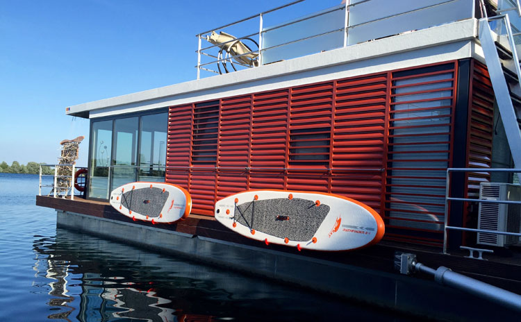hausboot kaufen und wohnen auf dem hausboot hausboote mieten. Black Bedroom Furniture Sets. Home Design Ideas